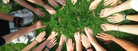 hender og føtter i graset