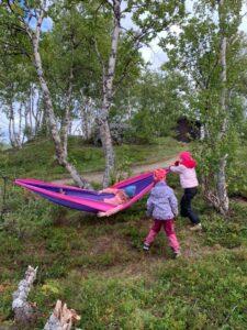 2 barn i skogen med hengekøye