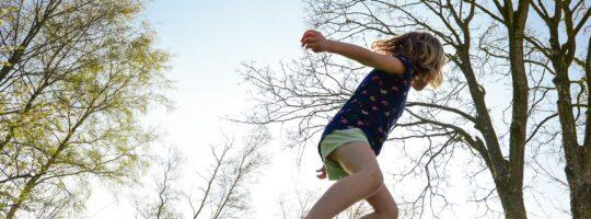 jente som hopper på trampoline